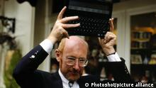 Sir CLIVE SINCLAIR Chairman Sinclair Research Ltd With his new Z88 Laptop Computer Universal Pictorial Press Photo CMS 251589 03.09.1987