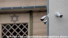 Überwachungskameras hängen an der Synagoge in Hagen. Nach dem Polizeieinsatz an der Synagoge in Hagen hat es nach Informationen der Deutschen Presse-Agentur mehrere Festnahmen gegeben. +++ dpa-Bildfunk +++