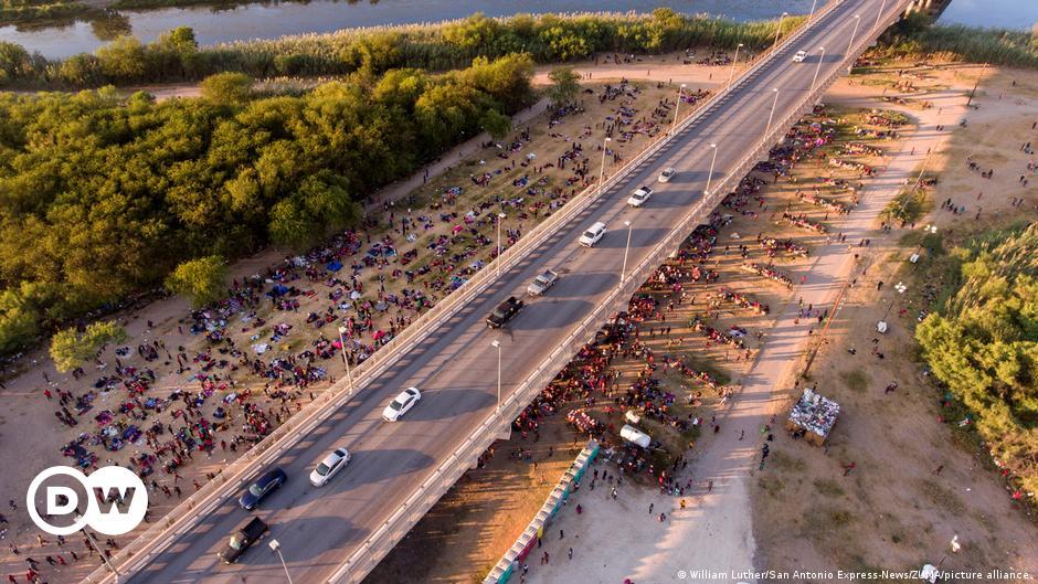 US holds thousands of migrants under Texas bridge