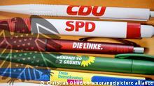 Kugelschreiber der großen Parteien und Schatten des deutschen Bundesadlers, Bundestagswahl