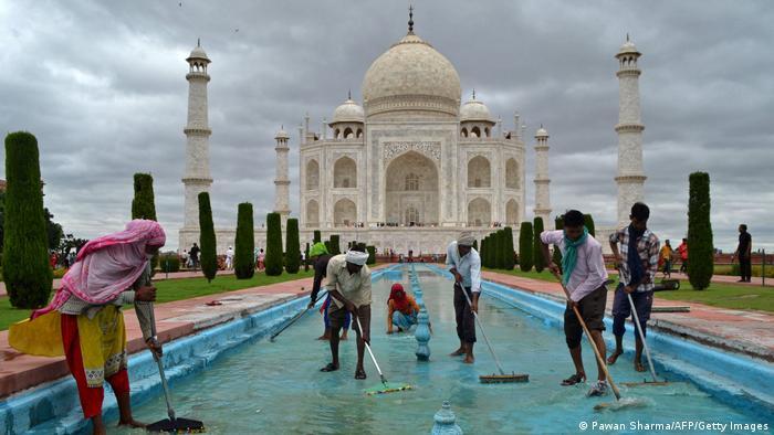 I najpoznatija indijska znamenitost treba skrb kako bi i dalje posjetiteljima davala mogućnost za besprijekorne fotografije. Ovaj put su na redu bile fontane. A i sama mramorna građevina je proteklih godina sustavno očišćena od višestoljetnih naslaga zbog kojih je mjestimice bila žuta, a ne bijela.