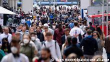 29.05.2021 Zahlreiche Menschen spazieren durch die Fußgängerzone in der Innenstadt. Die Hoffnung auf Herdenimmunität ist fast so alt wie die Corona-Pandemie. Unter anderem ansteckendere Virusvarianten wie Delta lassen dahinter aber Fragezeichen entstehen. (zu dpa «Unerreichbare Herdenimmunität bei Corona? - Delta und weitere Risiken») +++ dpa-Bildfunk +++