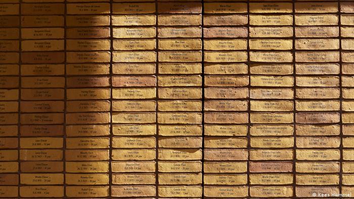 Ziegelsteine mit eingravierten Namen von Holocaust-Opfern bilden das Holocaust Memorial Amsterdam