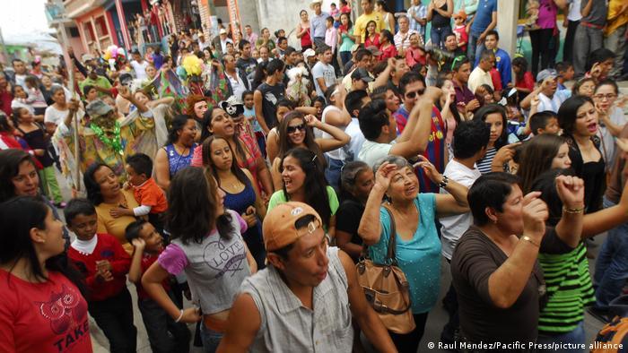 Gente celebra en las calles el carnaval afromestizo de Coyolillo.