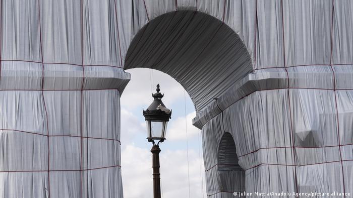 Щоб встановити конструкцію, в арці довелося робити сотні отворів