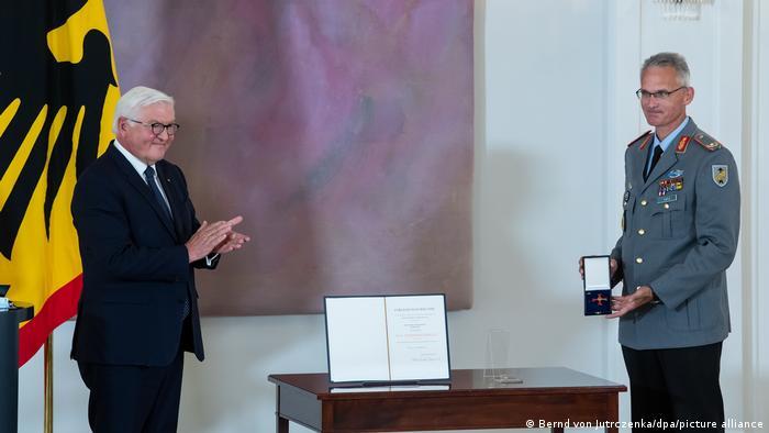 Frank-Walter Steinmeier and General Jens Arlt in Berlin