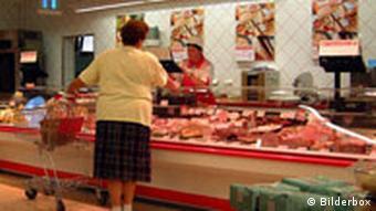 Fleisch- und Wurstabteilung in einem Supermarkt