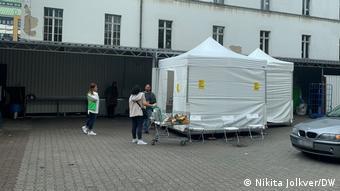 Пункт вакцинации рядом с выходом из турецкого супермаркета в Берлине