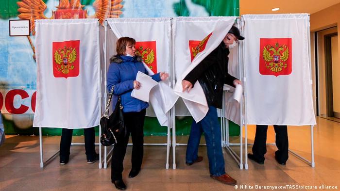 نمایندگان دومای روسیه برای دورههای پنج ساله انتخاب میشوند. بر اساس قوانین انتخاباتی روسیه ۲۲۵ نفر از طریق فهرست حزبی و ۲۲۵ نفر دیگر از بین نامزدهای مستقل برگزیده میشوند.