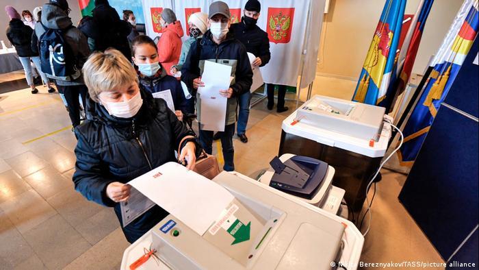 در مجموع ۴ هزار و ۱۷۸ نفر به عنوان نامزد برای شرکت در انتخابات دوما خود را کاندید کردند که ۳ هزار و ۸۱۲ نفر تایید صلاحیت شده و به رای گذاشته شدند.