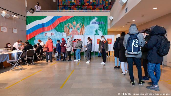 البته انتظار میرود آرای ۶۰۰ هزار نفر از ساکنان منطقه دونباس واقع در شرق اوکراین نیز به سود حزب روسیه واحد به صندوقها روانه شود. این افراد در سال ۲۰۱۹ پاسپورت روسی دریافت کردند و حال میتوانند از طریق اینترنت در انتخابات شرکت کنند.