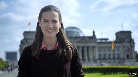 Rachel Stewart von Meet the Germans steht vor dem Reichstagsgebäude in Berlin.