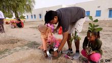 Magazin Global 3000 (20.09.2021) Global Indien Beschreibung: Um die Ausbreitung der Wüste im indischen Rajasthan aufzuhalten, verteilt die Organisation Familial Forestry Obstbäume. Rechte: für diesen Beitrag gegeben. Copyright: DW