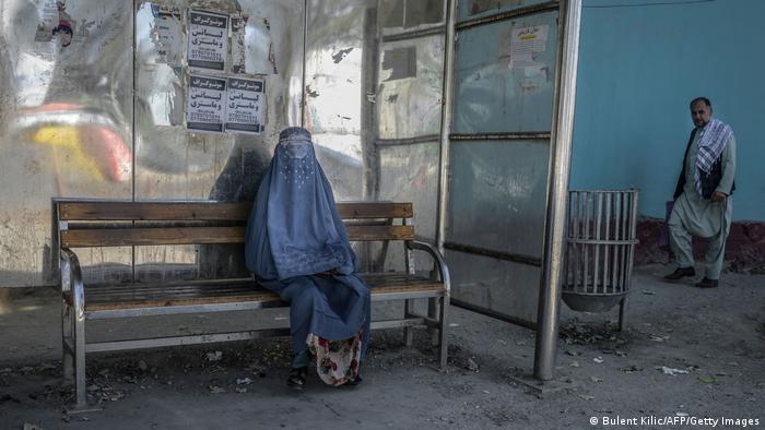 Дівчина у бурці на зупинці в Кабулі