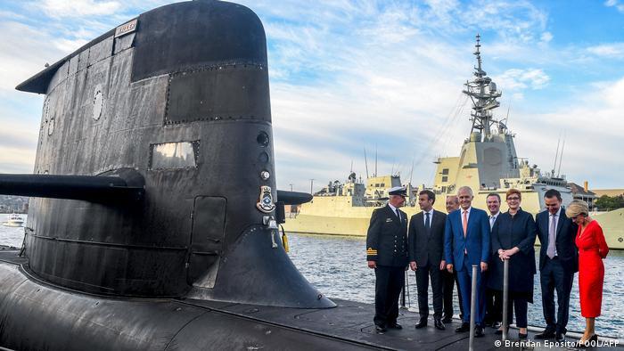 El presidente francés, Emmanuel Macron, y el primer ministro australiano, Malcolm Turnbull, en una imagen de mayo de 2018, sobre un submarino.