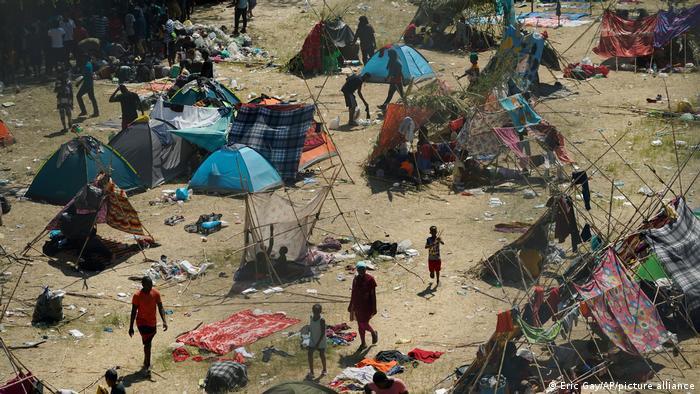 Haitili göçmenler, Rio Grande nehri boyunca kurdukları geçici çadırlarda barınmaya çalışıyor.