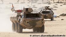 Ein Transportpanzer Fuchs BAT fährt durch das Gelände während einer Aufklärungsmission im Rahmen der UN-Mission MINUSMA in Gao (zu dpa Mindestens 13 Verletzte bei Anschlag auf deutsche UN-Soldaten in Mali) +++ dpa-Bildfunk +++