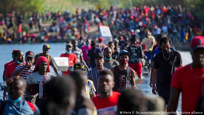 Binlerce göçmen Rio Grande Nehri'ni geçerek Del Rio'ya vardı.