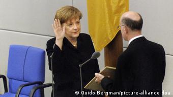 Канцлер ФРГ Ангела Меркель принимает присягу, 2005 год