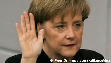 Die neugewählte Bundeskanzlerin Angela Merkel (CDU) legt am Dienstag (22.11.2005) in Berlin den Amtseid vor dem Bundestagspräsidenten Lammert ab. Die CDU-Vorsitzende wurde zuvor mit der Mehrheit der Stimmen des Parlaments gewählt. Foto: Peer Grimm dpa/lbn +++(c) dpa - Report+++