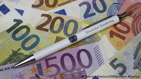 در قانون اساسی آلمان تصریح شده، نمایندگان باید در حدی تامین مالی شوند که نیازی به ممر درآمد دیگر نداشته باشند
