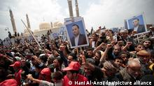 dpatop - Houthi Shiite mourners chant slogans as they attend the funeral procession of the senior Houthi official, Saleh al-Samad, and his six body guards, who were killed by a Saudi-led coalition airstrike on April 19, in Sanaa, Yemen, 28 April 2018. Photo: Hani Al-Ansi/dpa