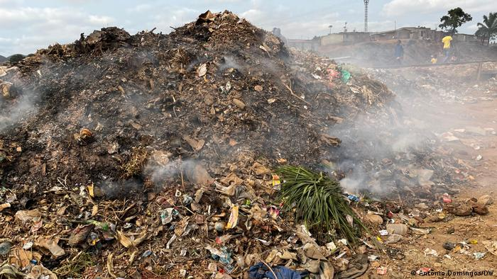 Müllbelastung in Ndalatando, Angola