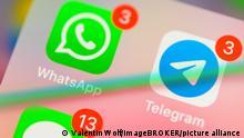 WhatsApp, Telegram, Messenger Dienste, App-Icons, Anzeige auf Display von Handy, Smartphone, Detail, formatfüllend