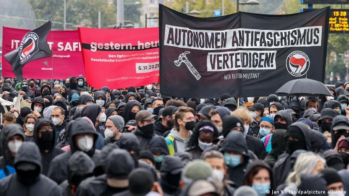 Menschen tragen Plakate auf der Wir sind alle LinX-Demo in Leipzig