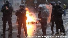 Polizisten stehen an einer brennenden Barrikade im Stadtteil Connewitz. Nach dem offiziellen Ende der «Wir sind alle LinX»-Demonstration sind im Leipziger Stadtteil Connewitz Barrikaden errichtet und angezündet worden.