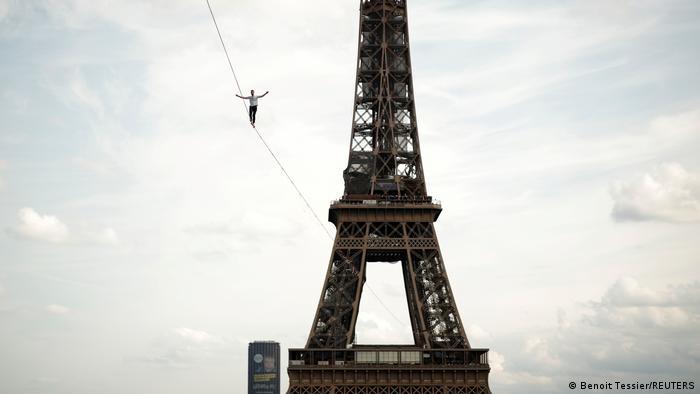 O slackliner francês Nathan Paulin anda sobre fita de slackline, com Torre Eiffel ao fundo