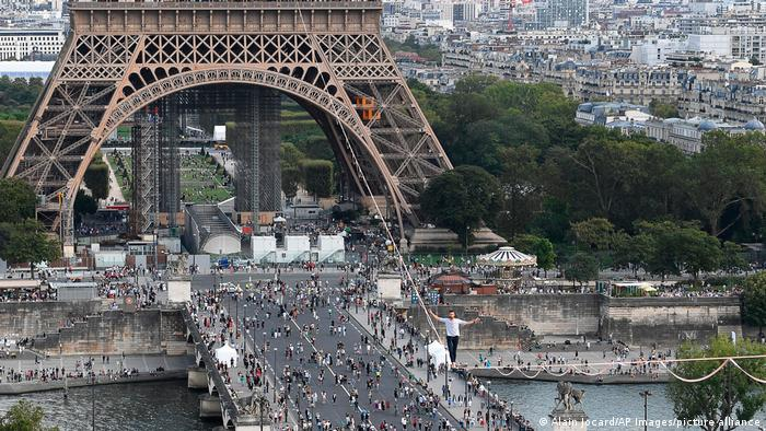 Paris Eiffel Turm Nathan Paulin Hochseilartist