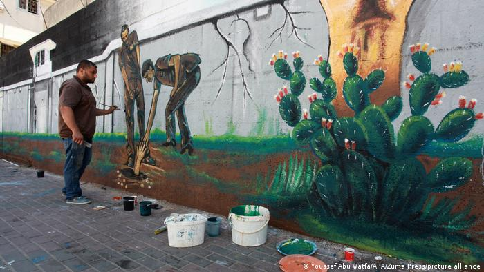 Mural u gradu Gazi kao podrška šestorici Palestinaca koji su početom septembra spektakularno pobegli iz zatvora Gilboa, najsigurnijeg u Izraelu. Oni su od decembra tajno kopali tunel ispod lavaboa u ćeliji, i to rđavom kašikom koju su krili iza postera. Dok se mural privodi kraju, sva šestorica su ponovo uhapšeni. Osuđeni su ili osumnjičeni kao članovi paravojski sa džihadističkim predznakom.