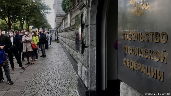 Очередь перед избирательным участком у посольства РФ в Берлине на выборах в Госдуму