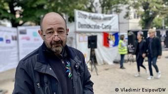 Участник акции протеста перед посольством РФ в Берлине Дмитрий Баграш