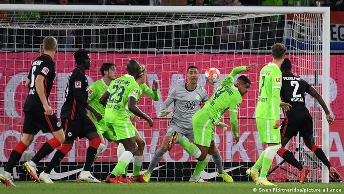 دفاع وحارس مرمى فولفسبورغ يتصدون لتسديدة من فرانكفورت في المباراة التي انتهت بالتعادل بهدف لهدف (19/9/2021)