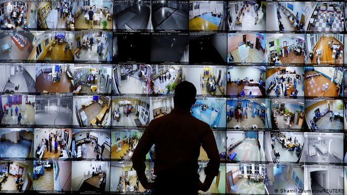Табло с видеотрансляцией с избирательных участков в РФ