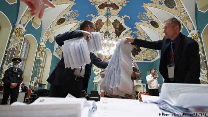 Подсчет голосов на избирательном участке в здании Казанского вокзала в Москве после завершения выборов