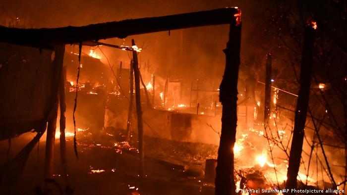 Μεγάλη φωτιά ξέσπασε στις σκηνές στο στρατόπεδο Βαθύ στο ελληνικό νησί της Σάμου.
