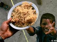 کیمپوں میں اب بھی پینے کے صاف پانی اور غذائی اجزا ء کے منتظر بچے امدادی کارکنوں کی راہ تک رہے ہیں