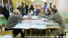 Parlamentswahl in Russland, Auszählungen TULA, RUSSIA SEPTEMBER 19, 2021: Electoral officials during vote count at Polling Station No 2311 during the 2021 Russian parliamentary election. Russia held legislative elections on 17-19 September 2021. Voters went to the polls to elect members of the Russian State Duma the lower house of the Russian parliament. In 9 constituent regions of Russia, voters went to the polls to elect heads of regional government, and in 3 more constituent regions, regional legislative assemblies voted to elect heads of regional government. 39 constituent regions of Russia held regional parliamentary elections. Alexander Ryumin/TASS PUBLICATIONxINxGERxAUTxONLY TS111375