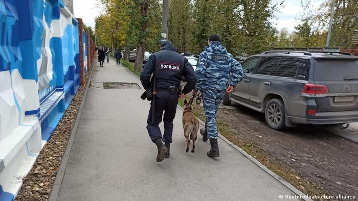 Oficiales de Policía junto a la Universidad de Perm, en Rusia.