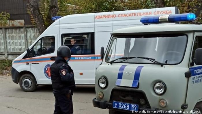 La Policía y los servicios de emergencia, en Perm, Rusia.
