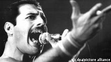 ARCHIV - Der Leadsänger der britischen Rockgruppe «Queen», Freddie Mercury, bei einem Auftritt im September 1984. Von 1979 bis 1984 lebte der Queen-Sänger in München. Foto: dpa (zu dpa Queen-Sänger und Paradiesvogel Freddie Mercury starb vor 25 Jahren am 18.11.2016) +++ dpa-Bildfunk +++