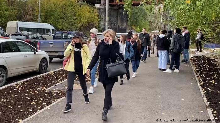 Студенты у здания университета в Перми в день трагедии