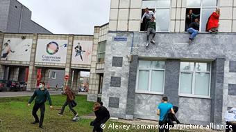 Студенты выпрыгивали из окон второго этажа, пытаясь спастись