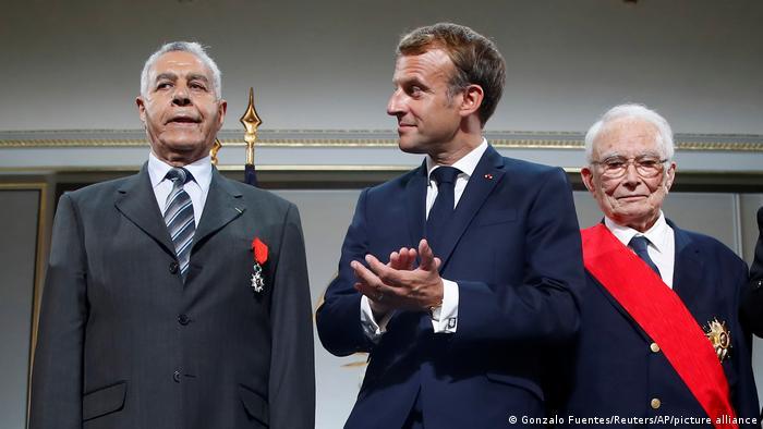 Президент Франції Еммануель Макрон під час нагородження орденом Почесного легіону колишнього харкі Салеха Абделькріма