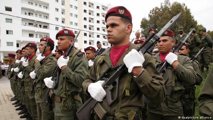 طالما كان الجيش التونسي بعيدا عن السياسية، بيد الأزمة الأخيرة أثارت تساؤلات حول دوره؟