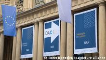 """Auf den Start des """"DAX 40"""" weisen Banner vor der Börse in Frankfurt am Main hin. Im neuen Leitindex sind 40 statt bisher 30 Leitwerte gelistet."""