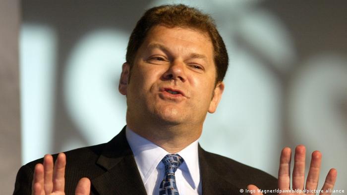 اولاف شولتس در یکی از نشستهای حزبی جوانان سوسیال دموکرات آلمان در سال ۲۰۰۳